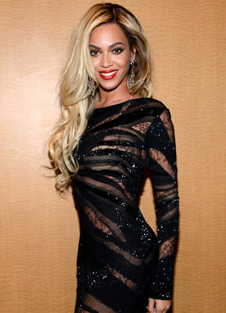 beyonce-directv-super-bowl-party-tom-ford-dress-christian-louboutin-pumps-lorraine-schwartz-jewelry-5