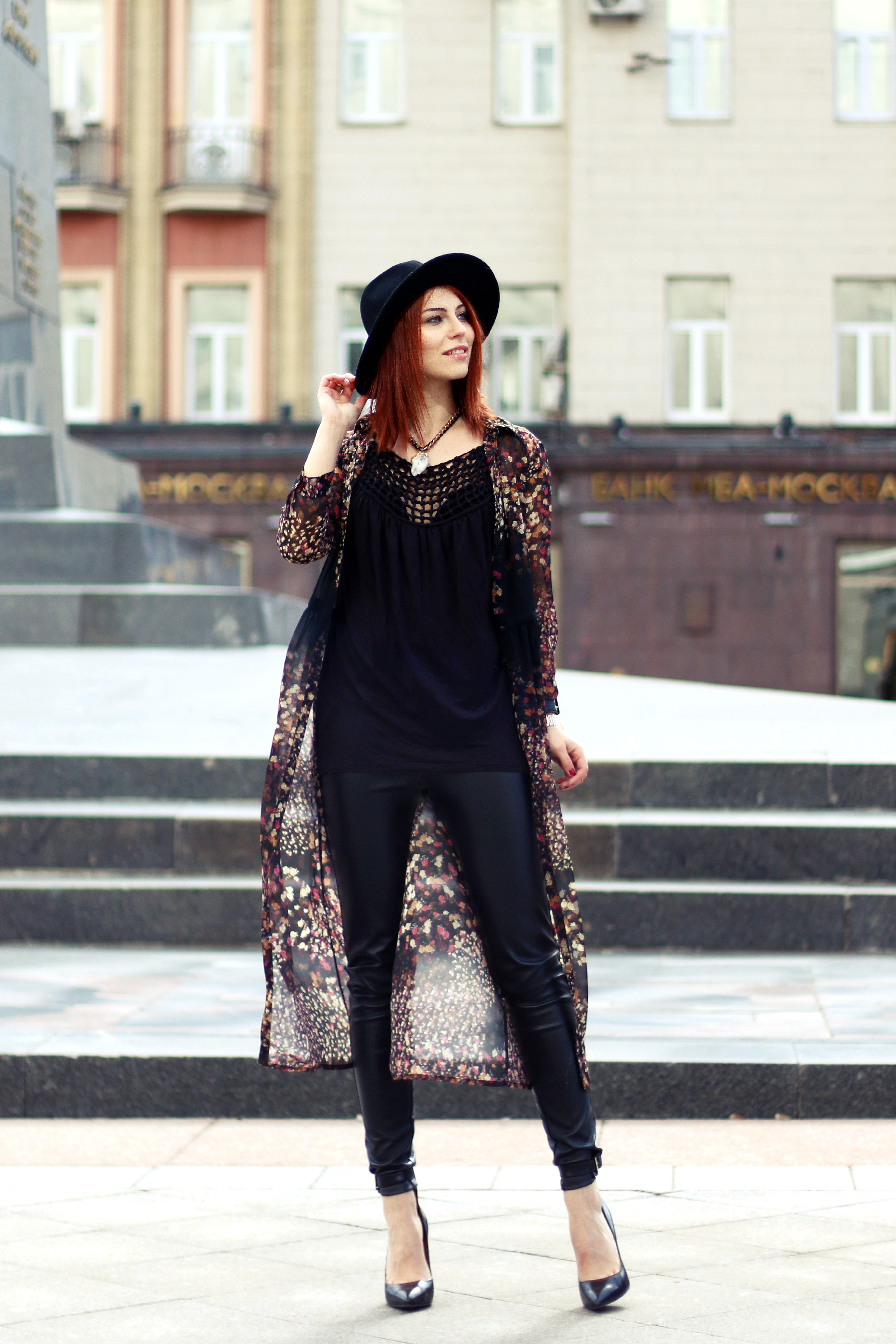 Masha_ganzkoerper_Hippie_schwarz_outfit1