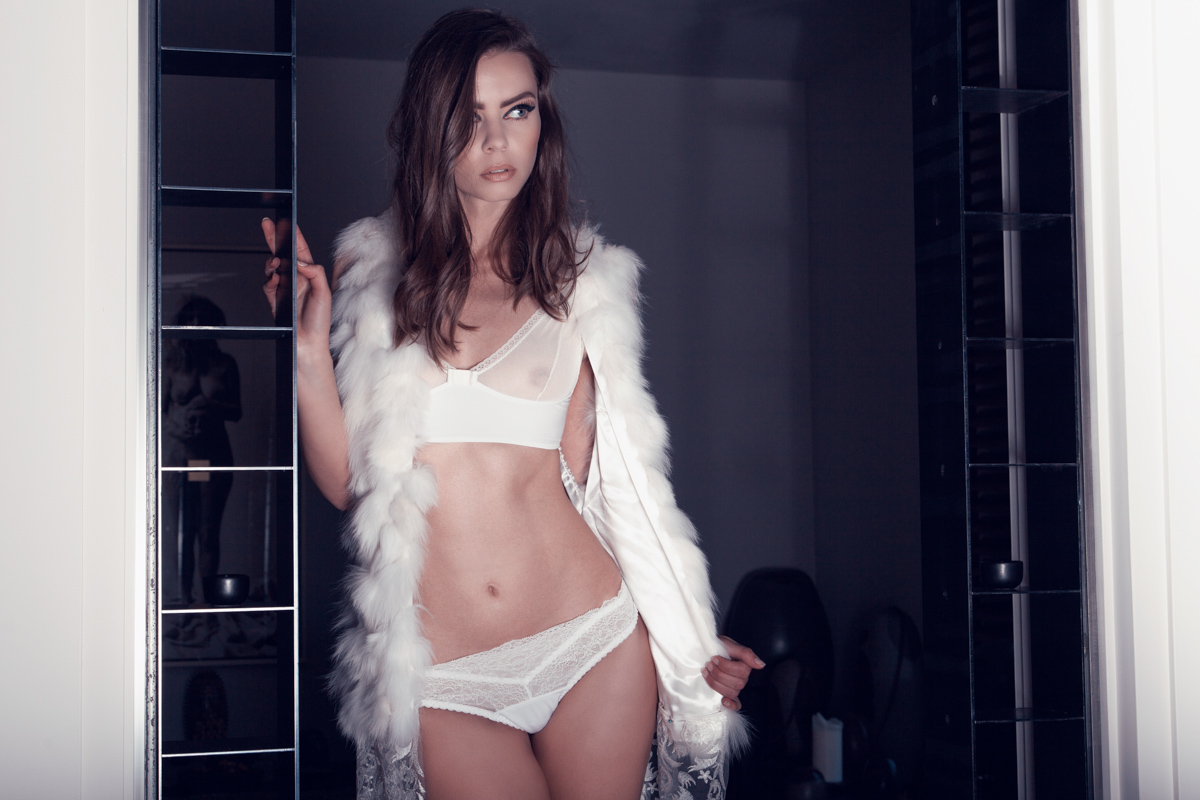 Fur vest: MAiSOn CyMA / Bra: BArBe rOSe / Panties: SOkOlOFF lingerie